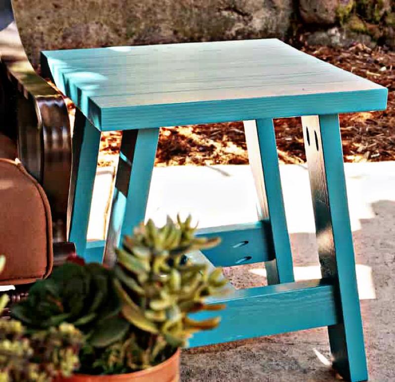 طراحی نشیمن در فضای باز - میز کنار مبلی فضای باز